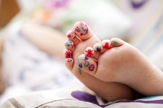 Здоровые детские ноги после лечения грибка